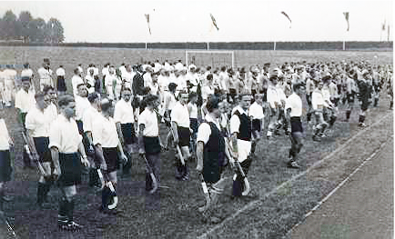 Einweihung des Stadions im Jahr 1939 (das militärische Denken zu jener Zeit ist nicht zu übersehen)